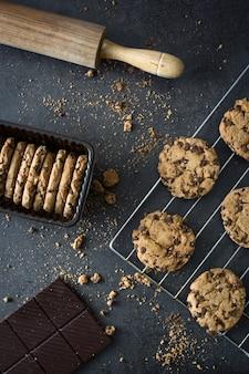 Cookies aux pépites de chocolat traditionnel sur table noire vue de dessus