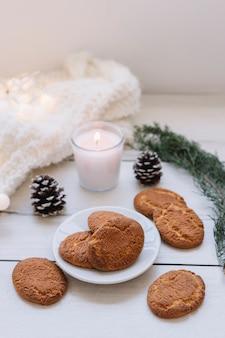 Cookies avec des branches vertes sur la table