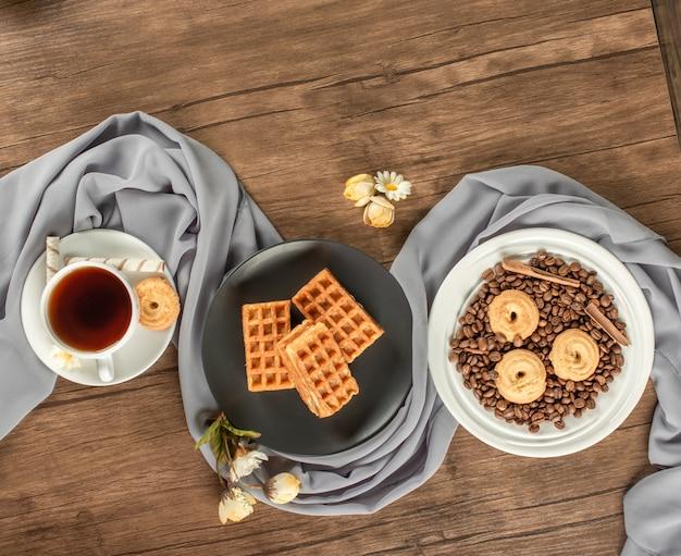 Cookies dans des soucoupes blanches et noires sur une table en bois