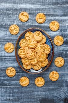 Cookies d'émotions différentes drôles, cookies souriants et tristes