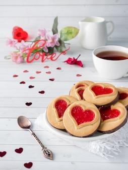 Cookies faits maison avec un coeur de confiture rouge saint valentin