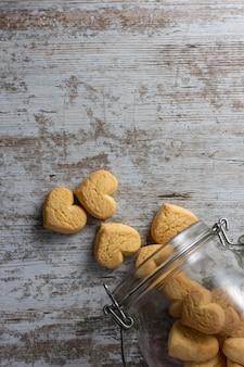 Cookies en forme de coeur sur fond rustique clair