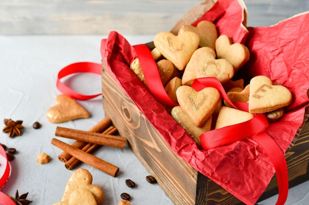 Cookies en forme de coeurs, sur les lettres de cookies love.decor rubans rouges. joyeuse saint valentin