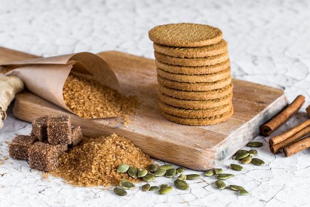 Cookies intégrés sur une vieille table en bois