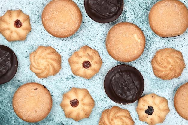 Cookies mixtes sur une table bleue.