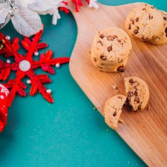 Cookies sur une planche en bois avec flocon de neige