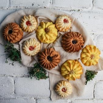 Cookies avec des plantes à plat sur le trottoir