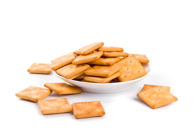 Cookies sur plaque agrandi sur fond blanc
