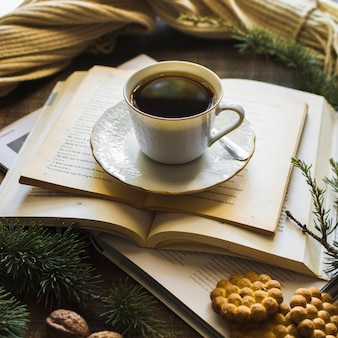 Cookies près du thé et des livres