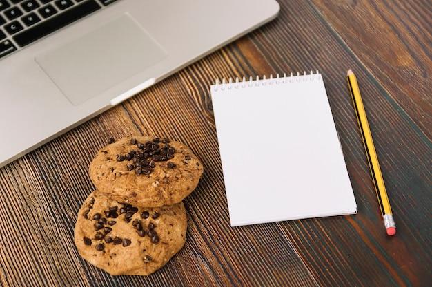 Cookies à proximité d'un ordinateur portable et d'un ordinateur portable