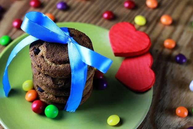 Cookies avec ruban sur plaque de bonbons