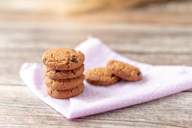 Les cookies sont empilés sur des mouchoirs