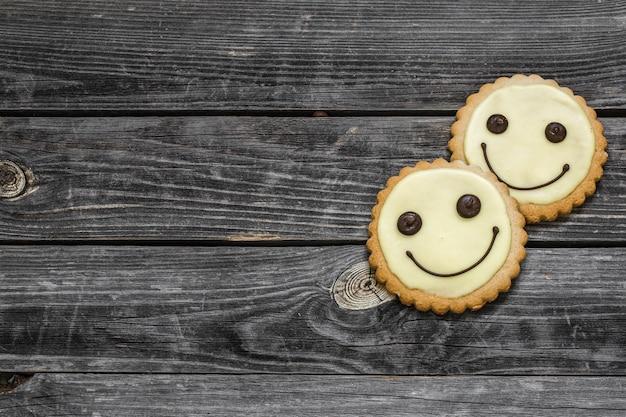 Les cookies sourient sur un beau mur en bois