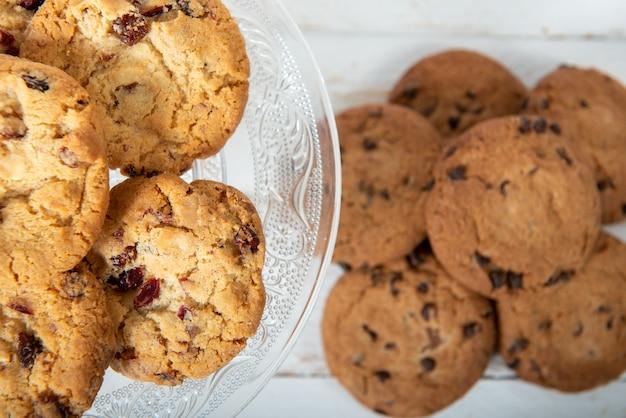 Cookies sur la table en bois blanche