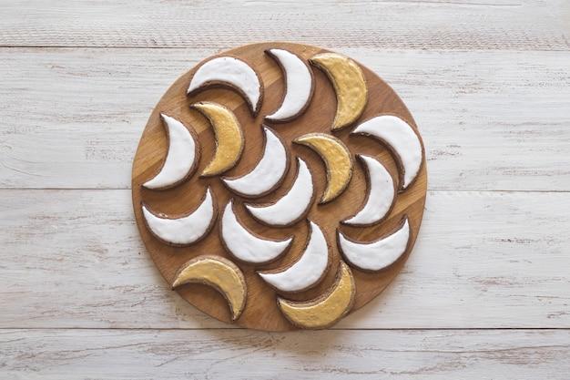 Cookies de vacances au ramadan. biscuits peints en or en forme de croissant.