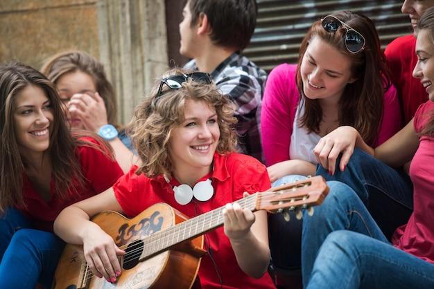Cool adolescents jouant de la musique