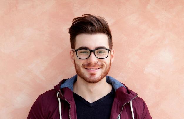 Cool beau mec avec des lunettes