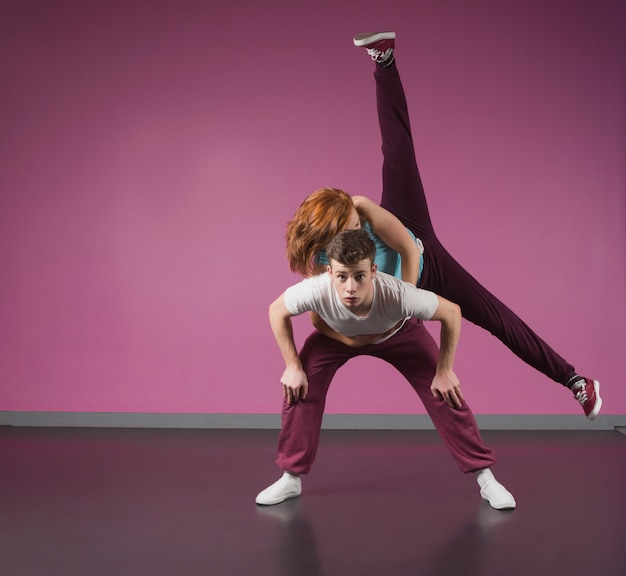 Cool break dancing couple dansant ensemble