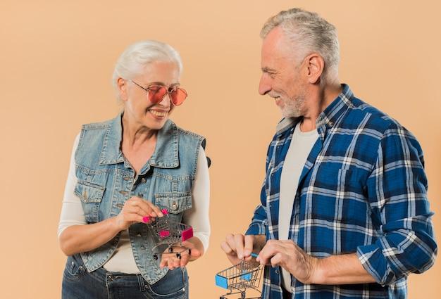 Cool couple de personnes âgées avec des caddies