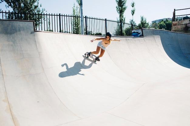 Cool femme apprécie le skatepark