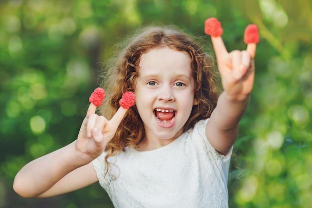 Cool girl faisant un geste de corne.