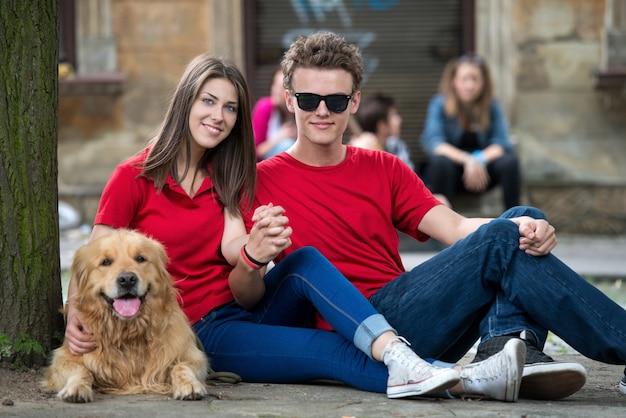Cool jeune couple posant avec un chien