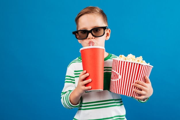 Cool jeune garçon à lunettes se prépare à regarder le film