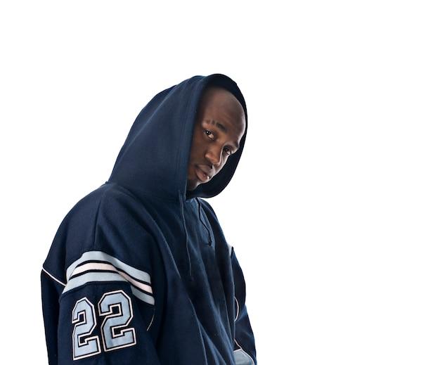 Cool jeune homme hip-hop sur fond blanc
