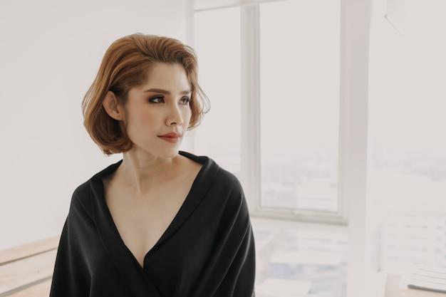 Cool à la jolie femme asiatique en robe noire