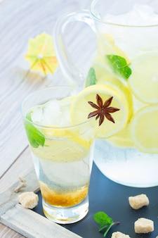 Cool limonade fraîche dans un grand verre sur table en bois