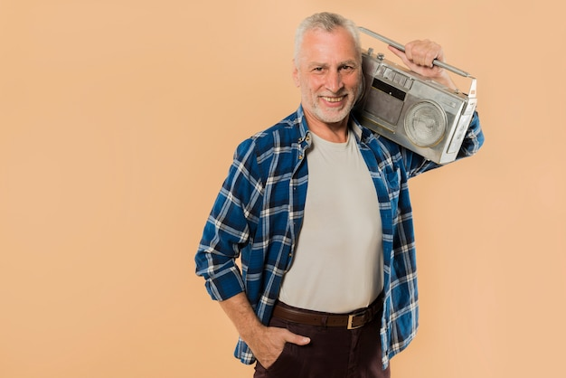 Cool senior homme avec ghetto blaster