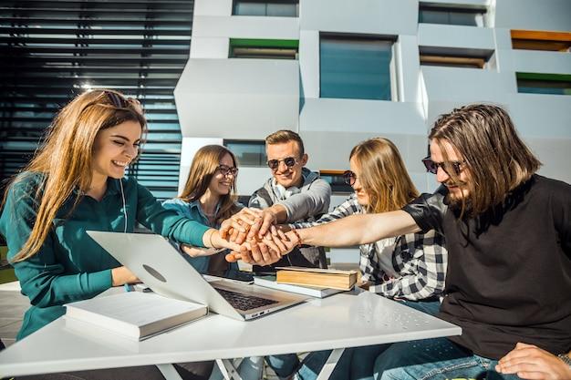 Coopération du travail d'équipe des étudiants
