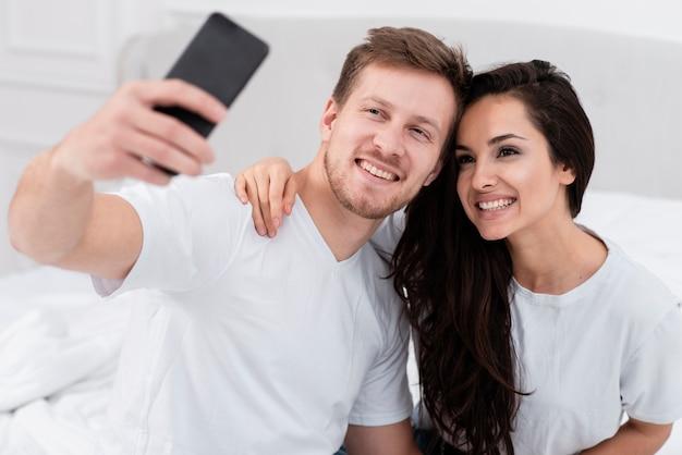Copain et copine prenant un selfie