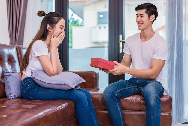 Copain copine surprenante avec cadeau
