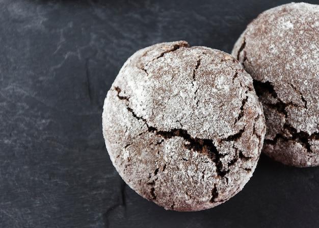 Copeaux de chocolat. biscuits au chocolat au sucre en poudre