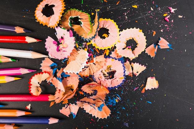 Copeaux colorés de crayon avec des crayons aiguisés