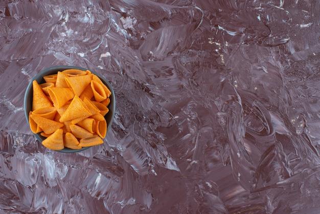 Copeaux de cône dans un bol sur marbre.