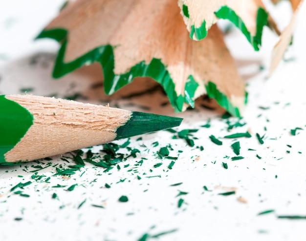 Copeaux de crayon après affûtage, débris de bois et parties de mine de crayon après affûtage avec un taille-crayon