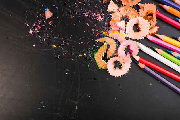 Copeaux de crayon lumineux avec des crayons colorés