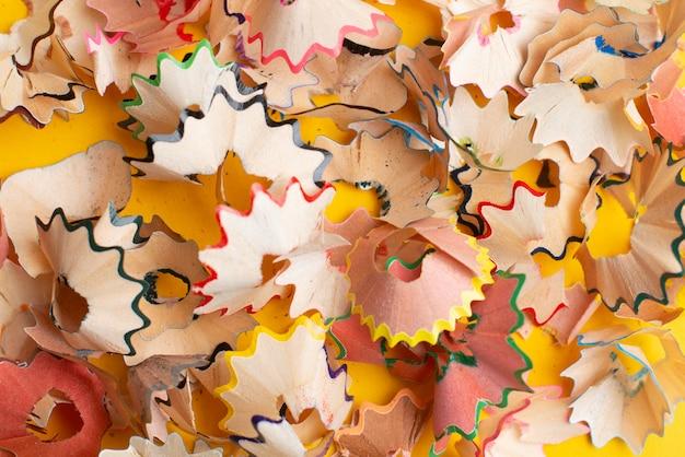 Copeaux de crayons colorés. retour au concept d'école.