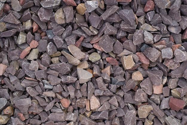 Copeaux de pierre au chocolat en marbre, vue de dessus. fond texturé en pierre, pierre concassée brune décorative pour la décoration de jardin.