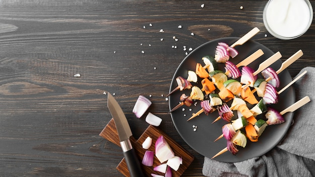 Copie-espace brochettes de légumes et de viande
