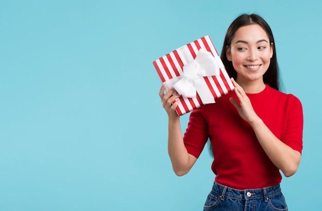 Copie-espace femelle avec boîte-cadeau