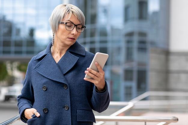 Copie d'espace femme d'affaires avec téléphone