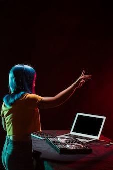 Copie-espace femme dj pointant