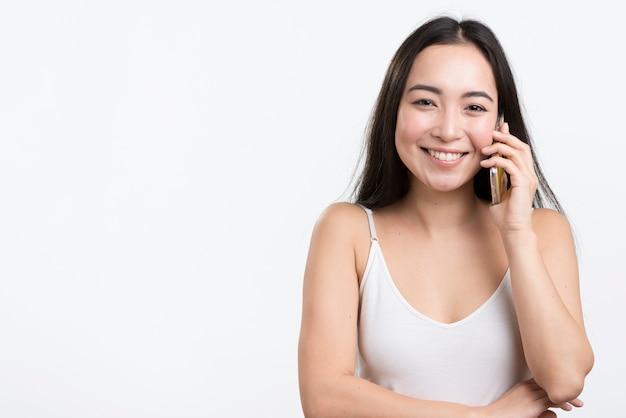 Copie espace femme parlant au téléphone