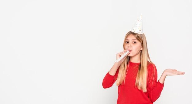 Copie-espace fille prête pour la fête d'anniversaire