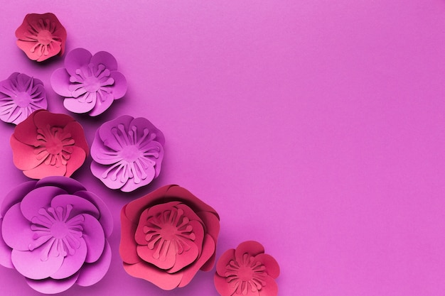 Copie espace fleurs en papier violet sur table