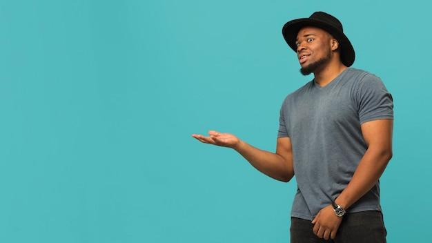 Copie-espace homme portant un chapeau