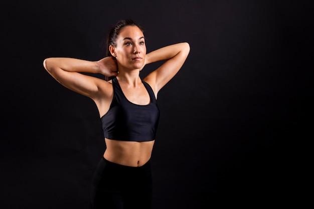 Copie-espace jeune femme portant sportwear